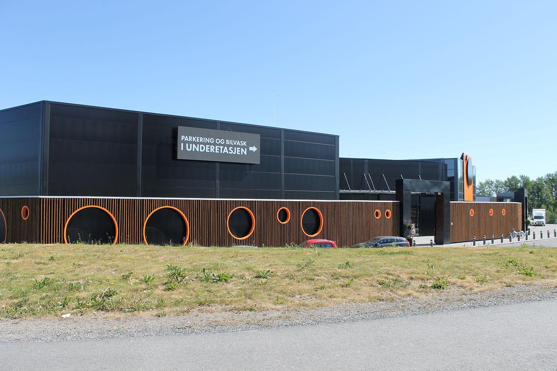 I Vestby utenfor Oslo ligger Norges største merkevare-by, Norwegian Outlet. Ved utvidelsen av senteret ønsket de 3 LED skjermer levert og montert.