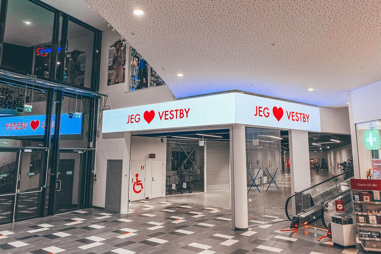 Vestby Storsenter har et bredt spekter av digitale flater både inne og utenfor senteret. Med hele 5 store LED skjermer dekker man strategiske plasseringer for handel og flyt.